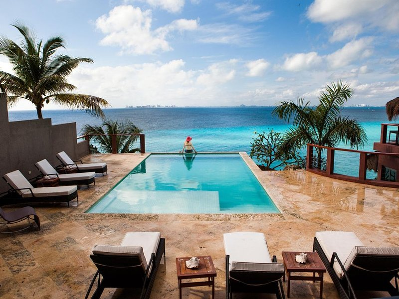 *Breathtaking* 5BR / 5BA Oceanfront House, Heated Pool – semesterbostad i Isla Mujeres