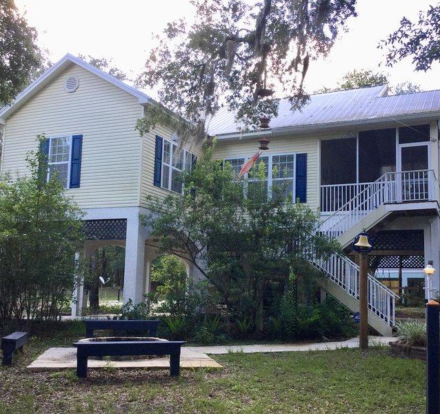 LUXURY SUWANNEE RIVERFRONT 3 BED/3 BATH HOME IN SECLUDED PARK LIKE SETTING, alquiler de vacaciones en Bell
