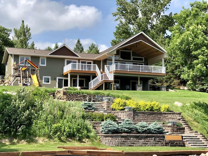Luxury Lake Home with large Covered Deck Sleeps 15 - 22 Feet Pontoon Included, location de vacances à Hoffman