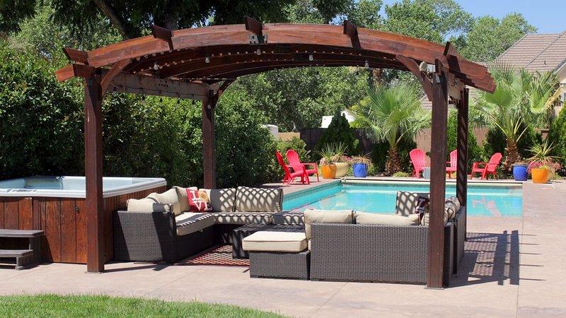 La pergola a beaucoup de places assises pour garder un œil sur les enfants dans la piscine