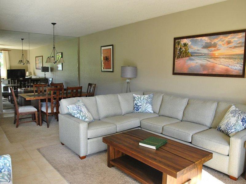Sala de estar / comedor mirando hacia atrás desde lanai. Muebles nuevos