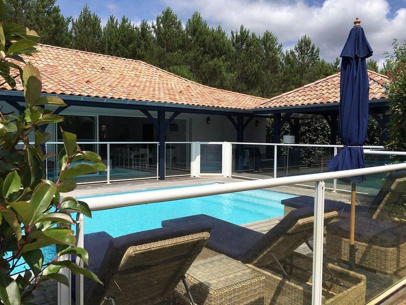 LA MAISON BLEUE - VILLA LUXUEUSE AVEC PISCINE CHAUFFEE, holiday rental in Lege-Cap-Ferret