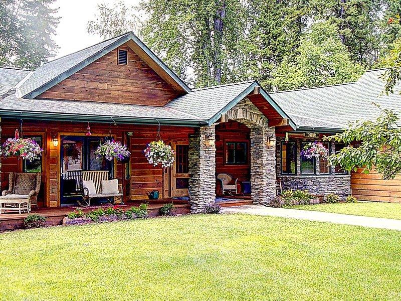 Swan Riverhouse! Work remotely near Bigfork Village & Glacier National Park, holiday rental in Woods Bay