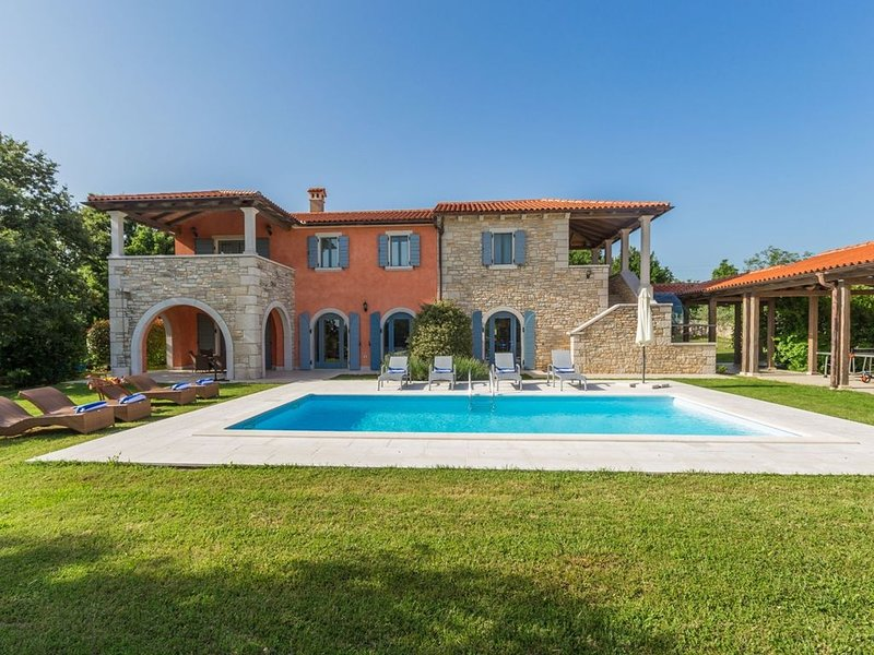 Bellissima villa con piscina privata riscaldata, holiday rental in Zminj