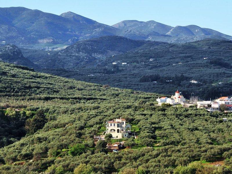 En regardant vers l'ouest, vers notre village de Kourthiana et les montagnes côtières de l'ouest.