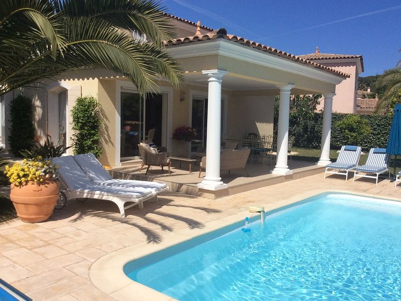 Séjour de rêve - Villa de luxe avec piscine chauffée, très bien placée 150m  mer, holiday rental in Sainte-Maxime