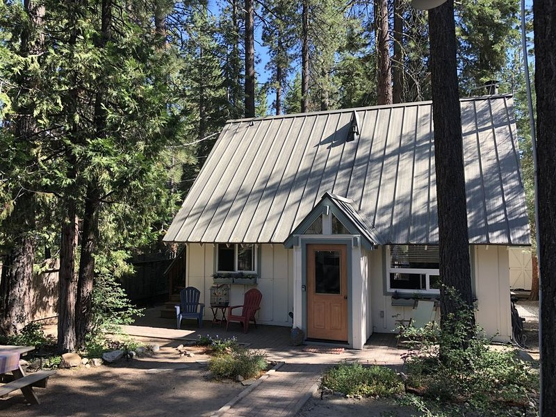 Charming Tahoe City Cabin - Sleeps 6 – semesterbostad i Tahoe City