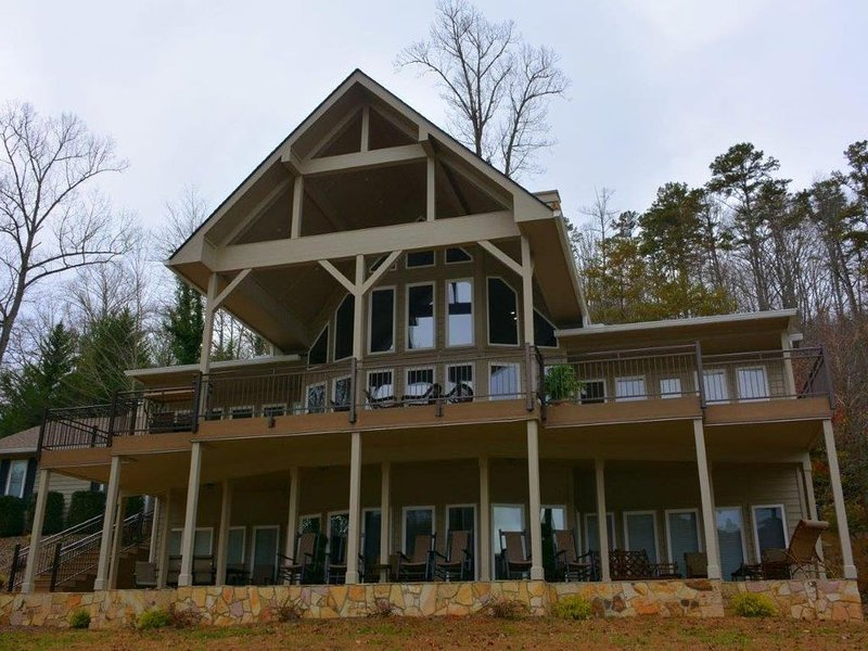 BEAUTIFUL LAKEFRONT MOUNTAIN HOME ON LAKE SANTEETLAH view of  GREAT SMOKY MTNS, alquiler de vacaciones en Robbinsville