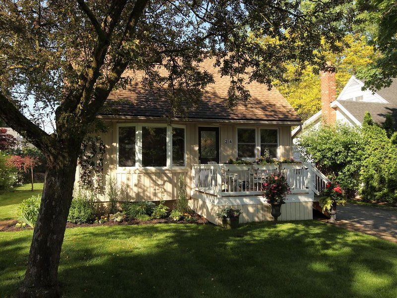 Right in centre of Historic Niagara on the Lake walk to everything that matters, holiday rental in Niagara-on-the-Lake