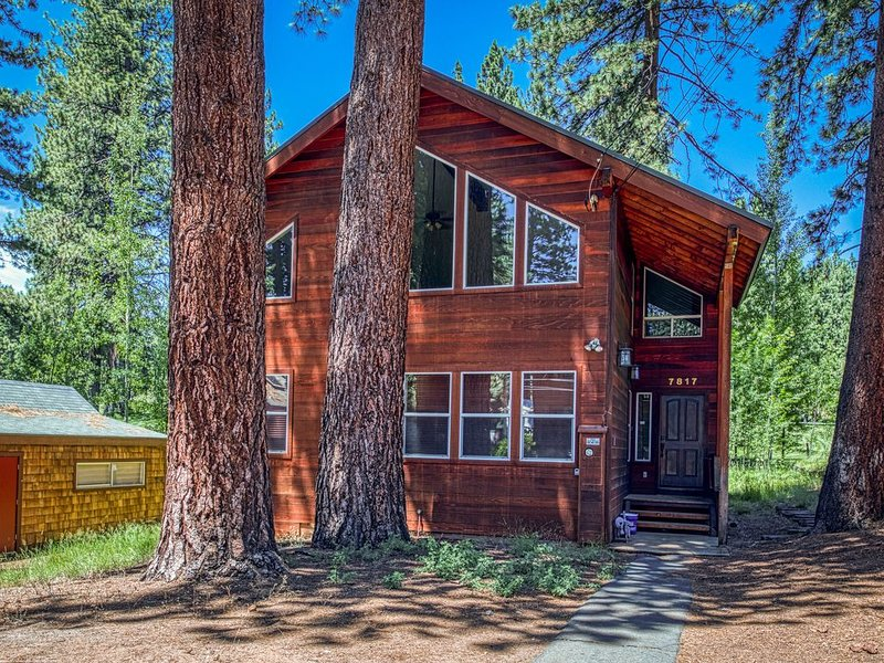 Golf course home w/ private hot tub & two decks - walk to Kings Beach. Dogs OK!, alquiler vacacional en Tahoe Vista