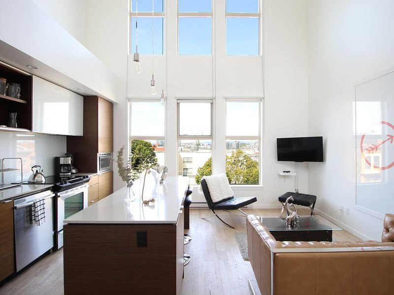Fabulous Penthouse Loft in ❤︎ of Victoria, holiday rental in Saanich