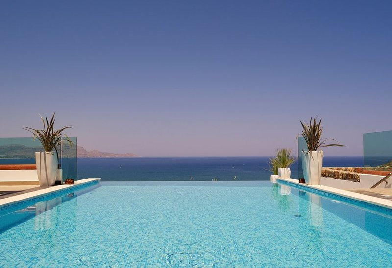 Luxury Villa Eos with private heated infinity pool, location de vacances à Rhodes