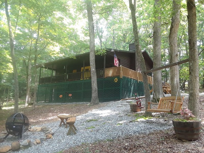 Shady Acre Retreat-Hot Tub-Firepit-Fireplace-Close to town-Paved access, Wi-Fi, location de vacances à Blairsville