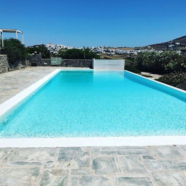 Villa Cycladique avec piscine à débordement vue imprenable sur la mer, vacation rental in Nea Chryssi Akti