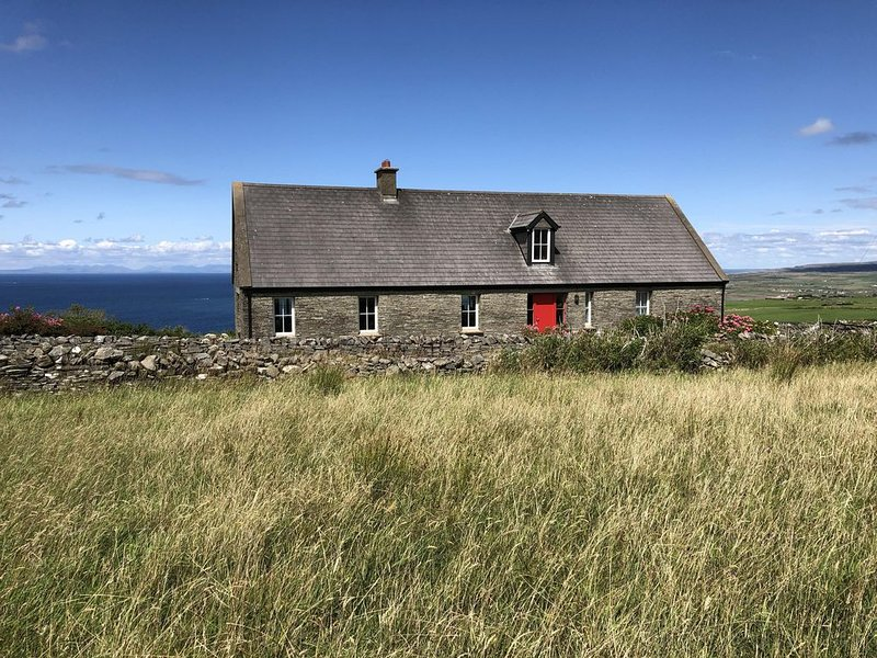 Atop the Cliffs of Moher, with Ocean Views,  Aran Island (Eircode V95 A5F9), casa vacanza a Lahinch