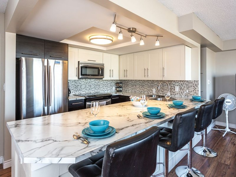 BIG KITCHEN, CHIC BREAKFAST BAR, NEAR DOWNTOWN SHOPS & C-TRAIN, WALK EVERYWHERE, vakantiewoning in Calgary