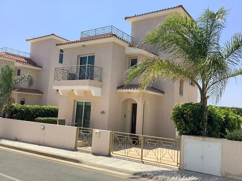 Beautiful 3 bed villa, private pool & roof terrace, family- friendly, free wi-fi, vacation rental in Paralimni