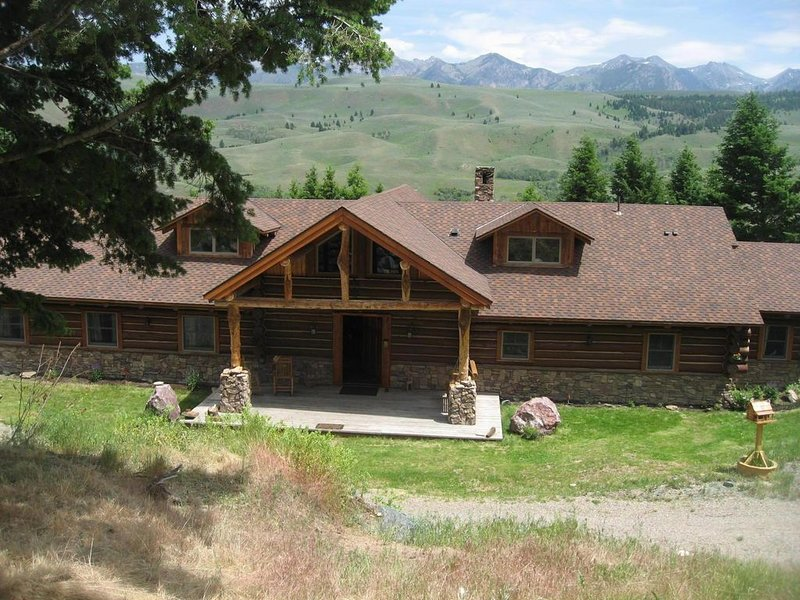 Gorgeous  Handcrafted  Montana Log Lodge on Madison River, holiday rental in Cameron