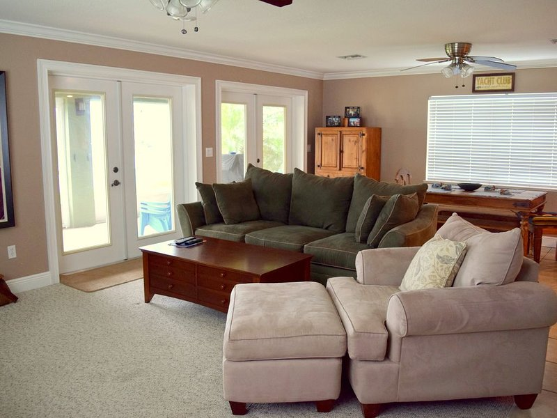 Spacious Lakefront Home on Lake June, holiday rental in Lorida