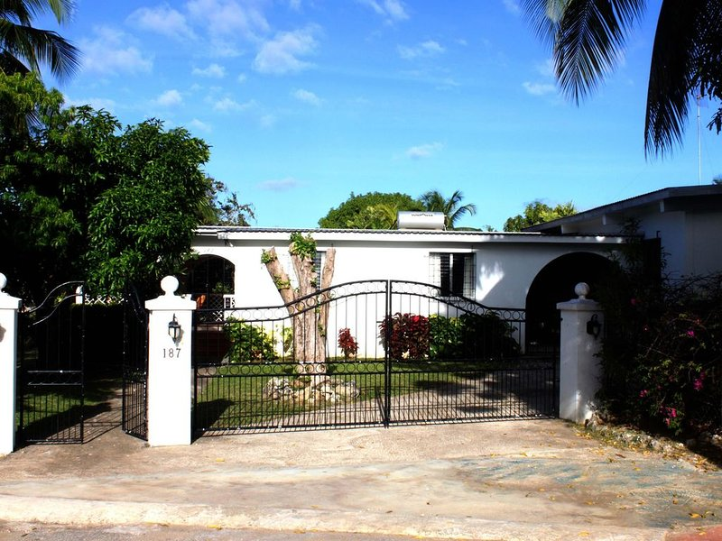 Villa, New Private Pool / Deck / BBQ. Gardens. Easy Walk to Beaches, Retail., location de vacances à Saint-James