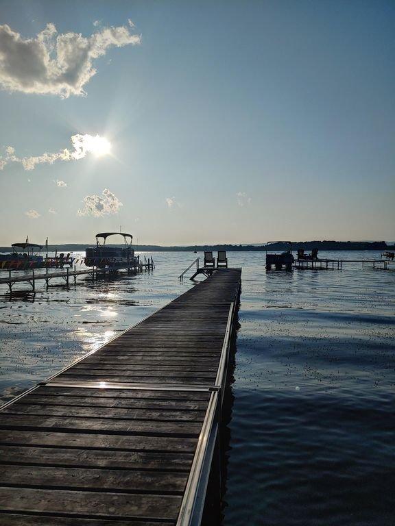 Profitez du soleil depuis votre quai ou de votre poisson. Apportez votre bateau.