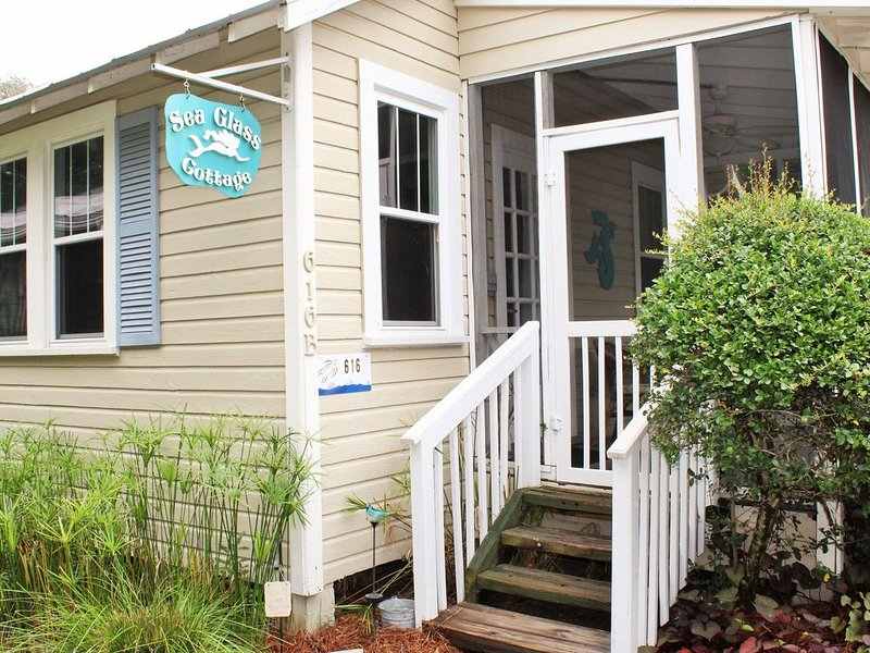 Sea Glass Cottage - 1 BR Cottage 2 Blocks From the Beach!, location de vacances à Folly Beach