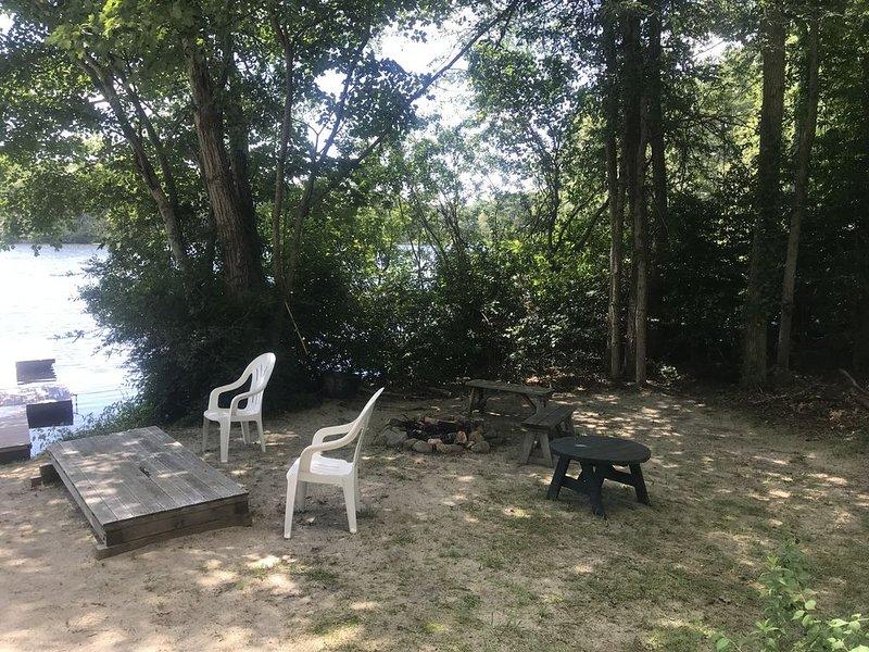 Un lugar para poner sus cosas y fogatas para humo y perritos calientes. ¡Solo agrega madera!