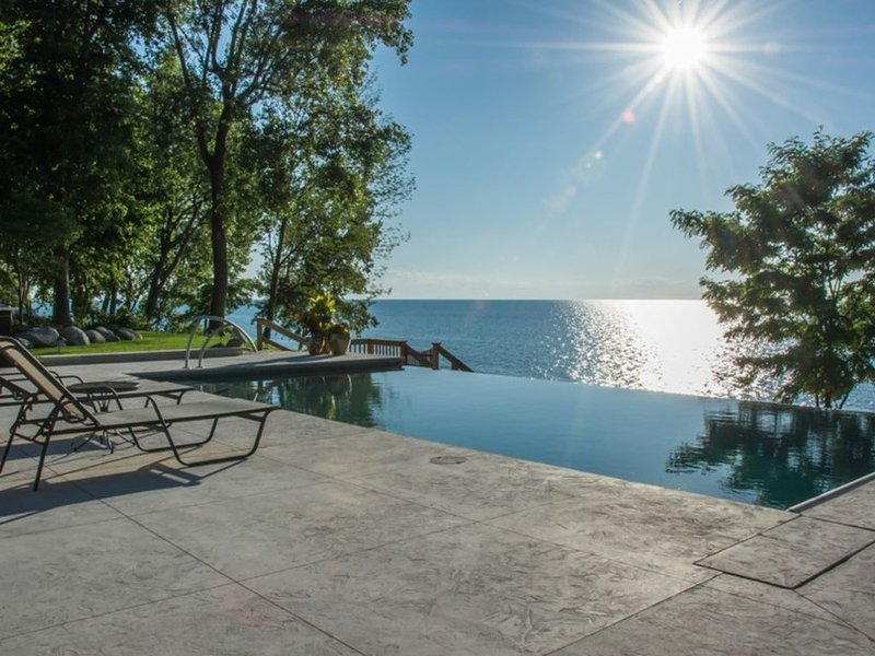 Lakefront Mansion With Heated Pool 9BR Modern Home On Private Sandy Beach, location de vacances à Berrien County