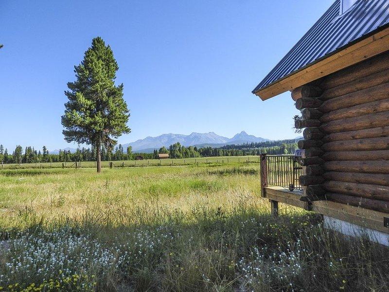 Gorgeous 2 Br Log Cabin 3 Miles From the Bowman Lake Entrance Into Glacier Park, alquiler de vacaciones en Polebridge