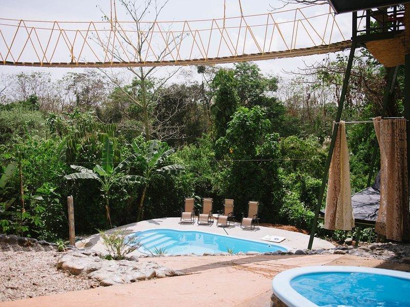 Piscina para niños con vista infinita y piscina para adultos con tobogán