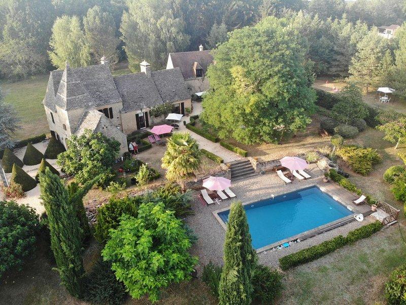 Manoir de caractère en Dordogne. Parc, piscine, parking privé, wifi., holiday rental in Paulin