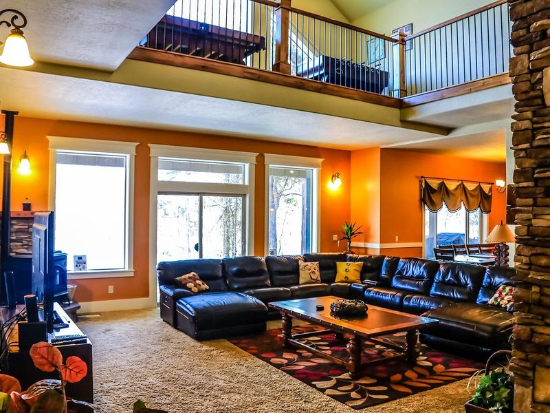 Ski ~ Snowmobile ~ Relax ~ Hot Tub~ Luxury in McCall ~ Sleeps 19, holiday rental in McCall