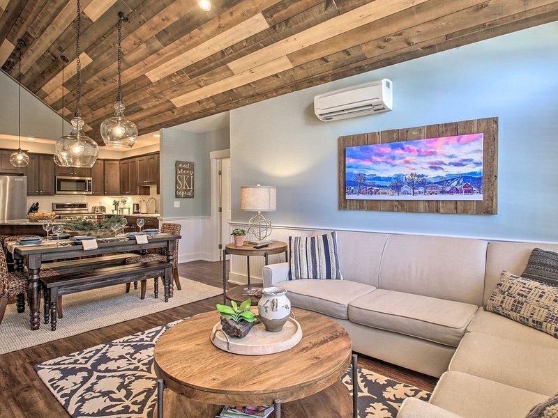 Luxurious Penthouse-Level Ski-In/Out Kearsarge Brook Condo on Cranmore Mtn!, aluguéis de temporada em Conway