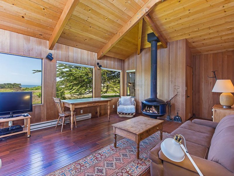 Steps from the Beach, Meadow Cottage with Private Deck & Hot Tub- Lucero, casa vacanza a The Sea Ranch