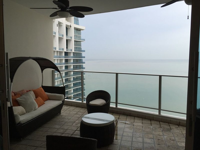 Luxurious 3/3 over 3.000 ft2 Condo in Panama City next to Trump Hotel & Casino, holiday rental in Cerro Azul