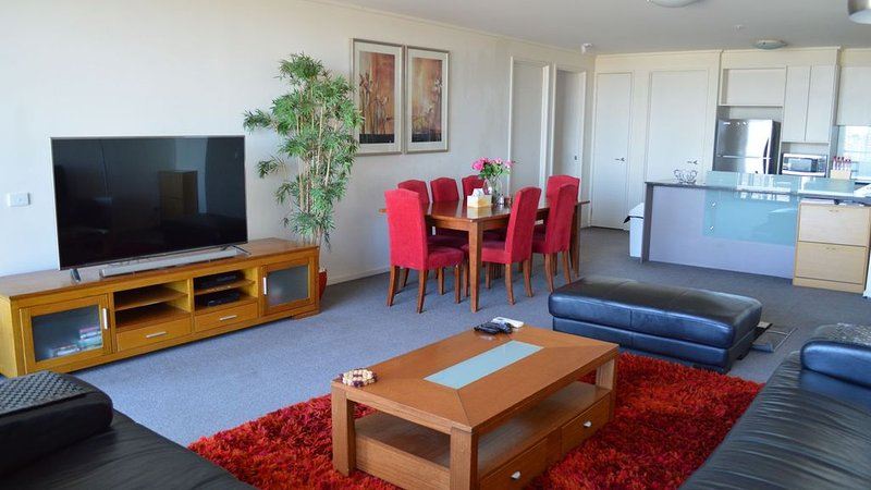 Spacious with 2 bathrooms on 25th floor 112 square metres, vacation rental in Melbourne