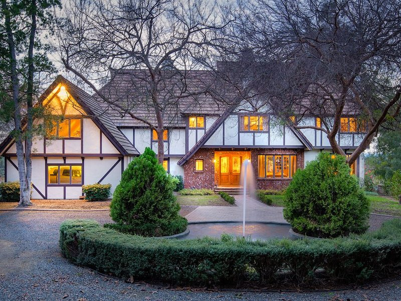 Beautiful Large Tudor Retreat Home on 40 peaceful acres, holiday rental in Valley Center