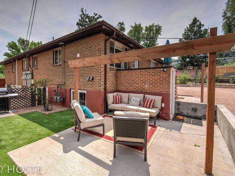 2BR Comfy condo & cute patio Broadmoor area, holiday rental in Widefield