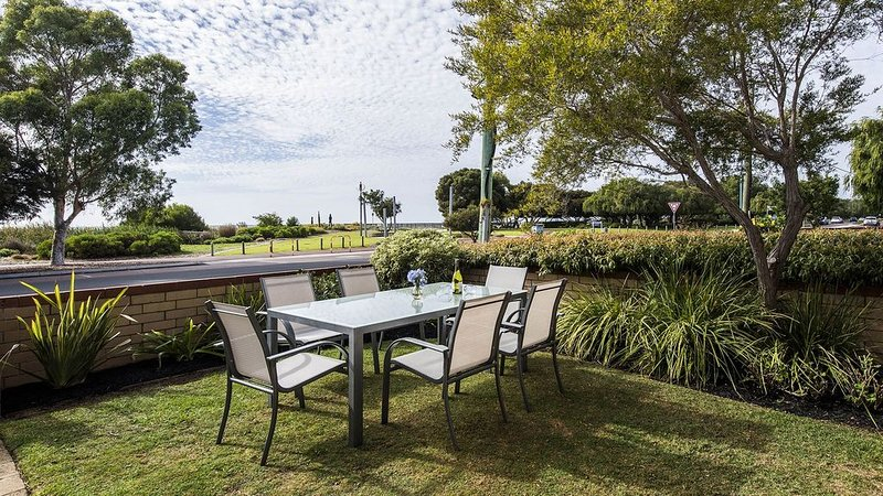 Away in the Bay, beachfront panorama, Free WiFi, vacation rental in Busselton