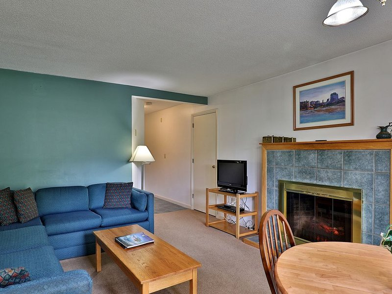 103/104 Deluxe Two Bedroom Suite on the 1st floor w/ outdoor heated pool, holiday rental in Sherburne