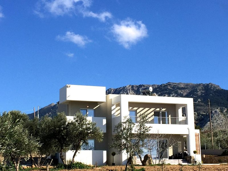 VILLA TRIANTAFILIA: New Luxury Mountain Villa for 8 in central Kos near beach, holiday rental in Mandraki
