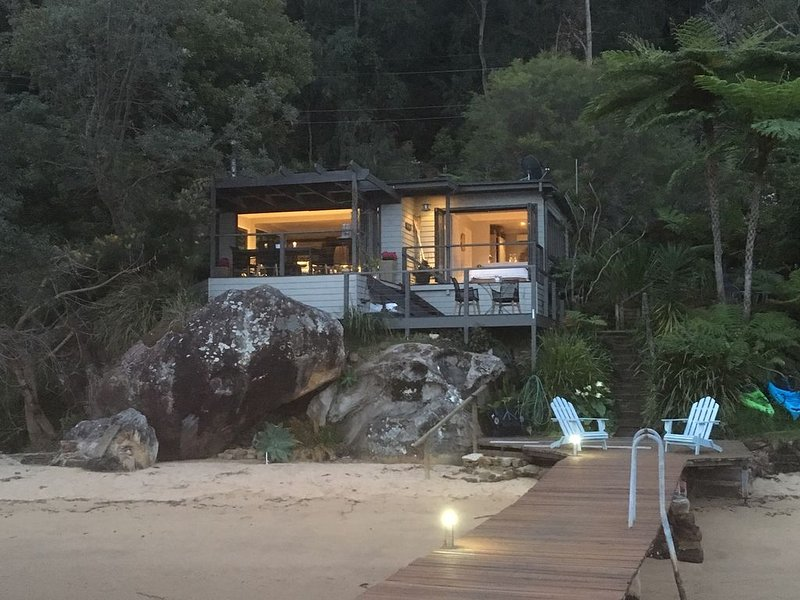 ALLAWAH . arrive by boat . HAWKESBURY RIVER . Sandy Beach. Kayaks. Private Jetty, casa vacanza a Berowra Waters