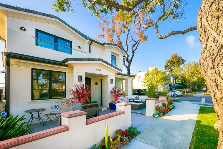Beautiful Home, Rooftop Lounge, Walk to Shops + Dining, 5 min Drive to Beach!, casa vacanza a Corona del Mar