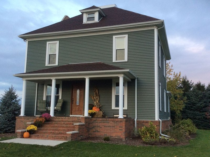 Stately 1904 Home - Modern convenience with charming history, holiday rental in Francesville