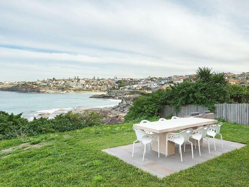 Vista al mar desde el jardín. Disfrute de la brisa del mar y las vistas cenando al aire libre o simplemente pasando el rato en este jardín.