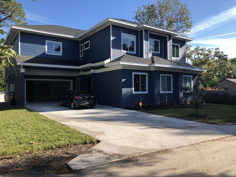 Gorgeous new pool home just minutes from the beaches, vacation rental in Seminole