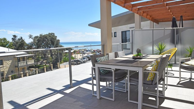BEACHSIDE LUXURY relaxation with easy beach access, vacation rental in McCrae