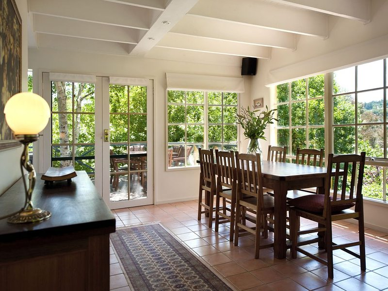 Lake Cottage - On the Shores of Lake Daylesford!, casa vacanza a Eganstown