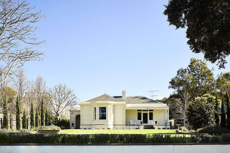 CLYDESVILLE - Spectacular Classic Seaside Home Opposite the Beach.., holiday rental in Indented Head
