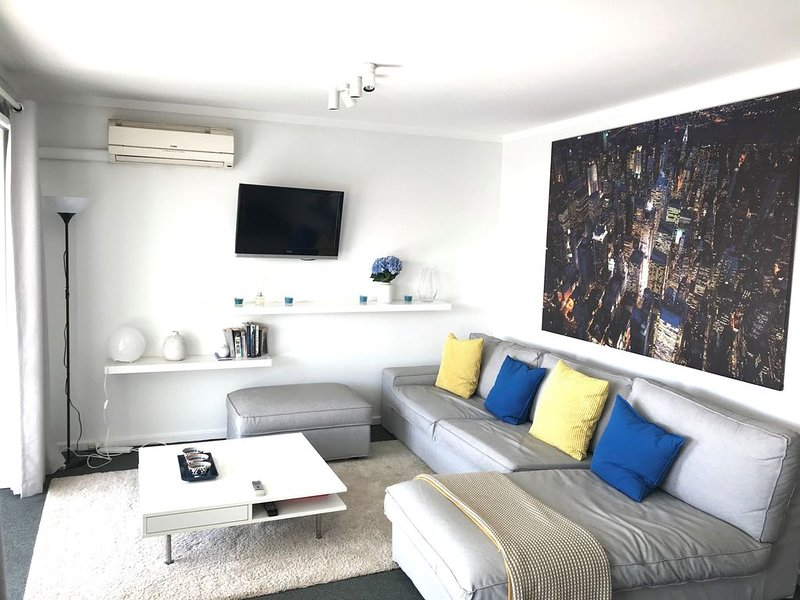Chic Beachside Apartment, holiday rental in Scarborough